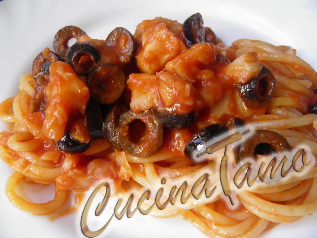Spaghetti con olive nere e nasello cucinatamo for Cucinare nasello